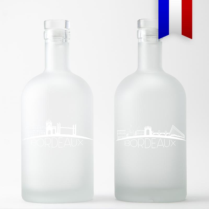 Mettre Bordeaux en bouteille! Un tour d'horizon des lieux incontournables de la ville de bordeaux. Un objet souvenir original et écologique. Ici présentée en version satinée, ce décor existe aussi sur une carafe bleue.