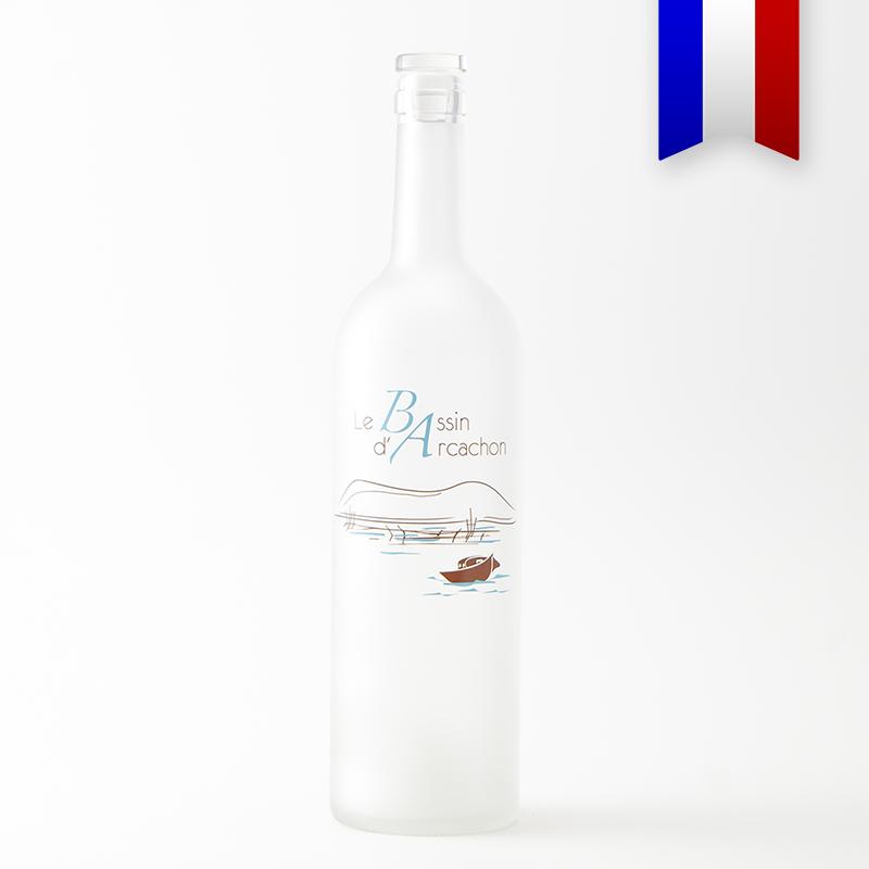 La carafe bordelaise satinée dévoile un point de vue typique de la dune du Pyla depuis le Cap-Ferret. Un décor bleu et marron signé Bouteilles d'Eauteur.