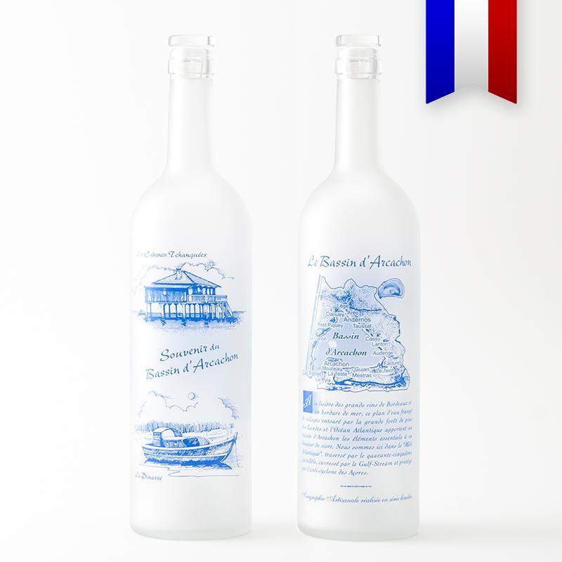Tout le Bassin d'Arcachon magnifiquement illustré sur cette bouteille satinée. Un décor bleu de grande finesse, à découvrir et à offrir!