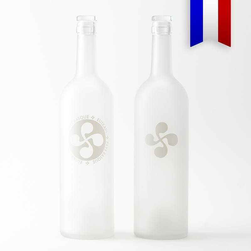 La carafe Bordelaise satinée personnalisée en hommage au symbole du Pays Basque, décor blanc, une création Bouteilles d'Eauteur.