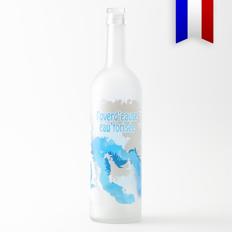 La carafe bordelaise satinée pour les lendemain de fête, c'est la bouteille Overd'Eause. Disponible en bleu et en rose.