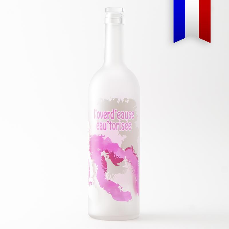 La carafe bordelaise satinée pour les lendemain de fête, c'est la bouteille Overd'Eause. Disponible en rose et en bleu.