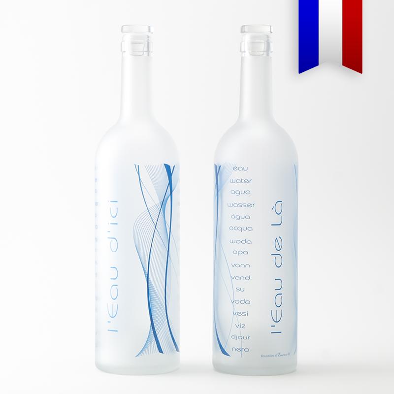 Cette carafe satinée est un jeu de mot, «l'eau d'ici et l'eau de là» un décor amusant en nuances de bleu.