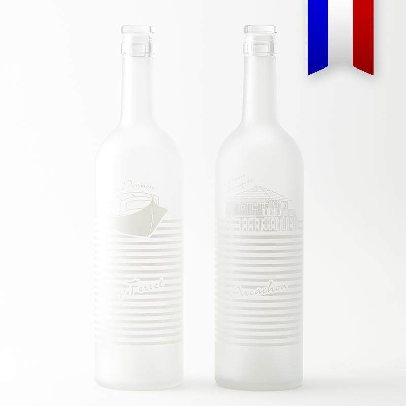 Objet iconique du bassin d'Arcachon et du Cap Ferret, la bouteilles personnalisées satinée «Pinasse tchanqué» de couleur blanche en offre une version plus sobre et élégante.