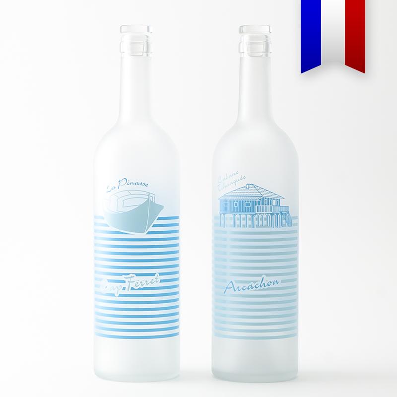 C'est presque la carafe officielle du bassin d'Arcachon! La bouteille bordelaise satinée aux deux nuances de bleus illuminera votre table.