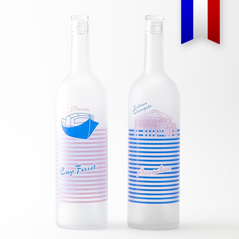 La bouteilles personnalisées satinée «Pinasse tchanqué» bleu et rose, un incontournable du bassin d'Arcachon, pour un été couleur bassin.
