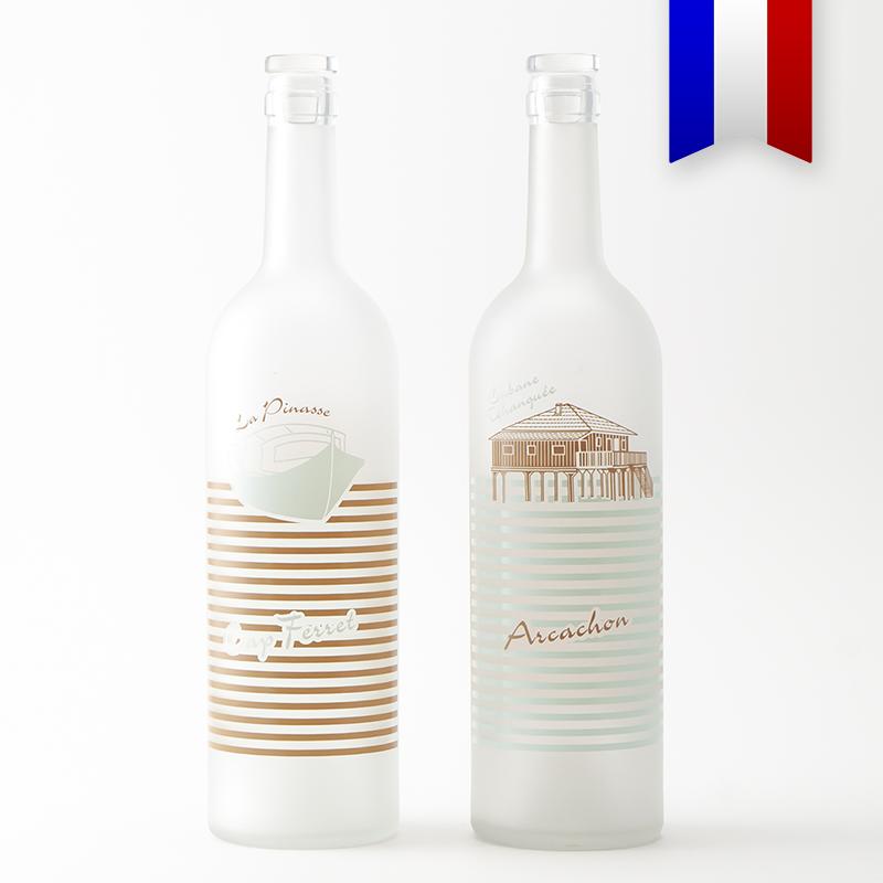 Avec la bouteille en verre décorée «Pinasse tchanqué» aux couleurs du bassin d'Arcachon, vert et marron, laissez entrer la nature sur votre table.