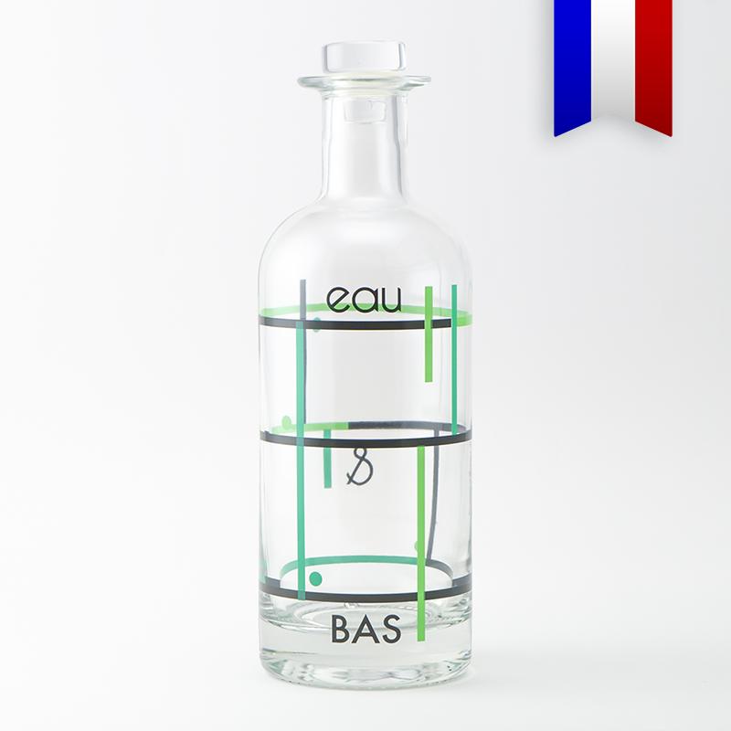 La carafe personnalisée en verre «Eau et bas», un petit jeu de mot quand l'orientation devient un problème! Décor Noir et Vert, livrée avec un bouchon en verre adapté.