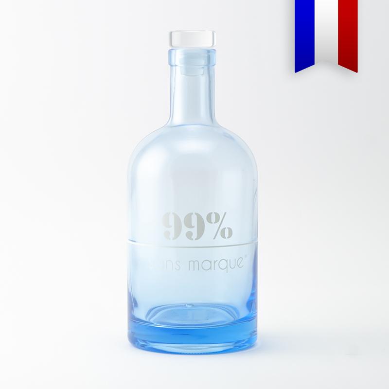 La carafe bleue au décor blanc «99% sans marque», pour boire de l'eau avec plus de liberté.
