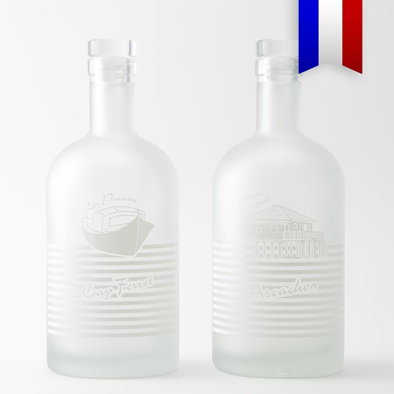 La bouteille personnalisées «Pinasse tchanqué» satinée est un symbole du bassin d'Arcachon et de la presqu'île du Cap Ferret avec son décor blanc très élégant.