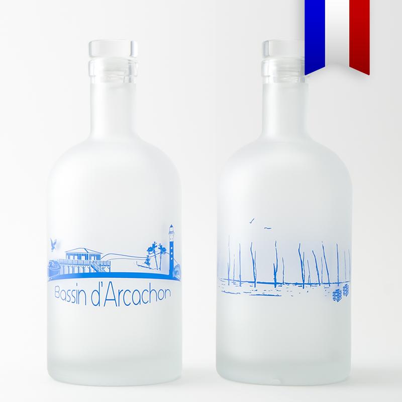 Cette carafe d'eau décorée illustre le paysage unique du bassin d'Arcachon. C'est un souvenir très prisé, disponible en carafe bleue ou satinée.