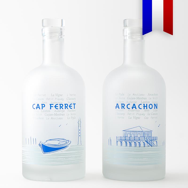Cette carafe d'eau décorée par Bouteille d'Eauteur vous fait parcourir les villages bordants le bassin d'Arcachon, pour parler de ce lieu magique autour d'un verre!