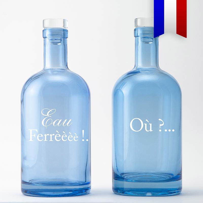 Où? Eau Ferré!! Un Jeu de mot inspiré de la fameuse presqu'ile du Cap Ferret où il fait si bon vivre. Cette carafe bleue décorée est l'objet idéal pour des vacances zéro plastique!