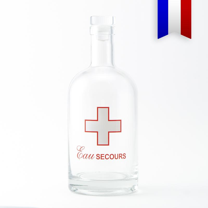 La carafe d'eau transparente décorée d'une croix blanche et rouge «Eau secours», car l'eau reste notre premier médicament!