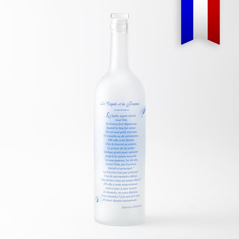 La bouteilles satinée décorée en l'honneur de Jean de la Fontaine représente un portrait du poète ainsi qu'un de ses plus fameux poème, la cigale et la fourmis.