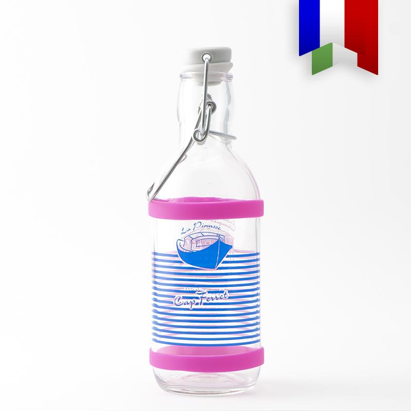 La gourde décorée en verre 50cl «Pinasse Tchanqué» au décor bleu et rose en souvenir du Bassin d'Arcachon. Un produit local et durable, décoré à Bordeaux!