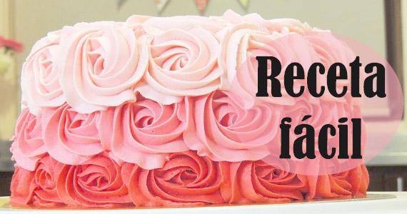 Pastel fácil en rosas con betún de mantequilla