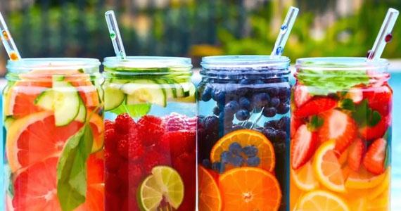 Cinco aguas deliciosas, refrescantes y desintoxicantes