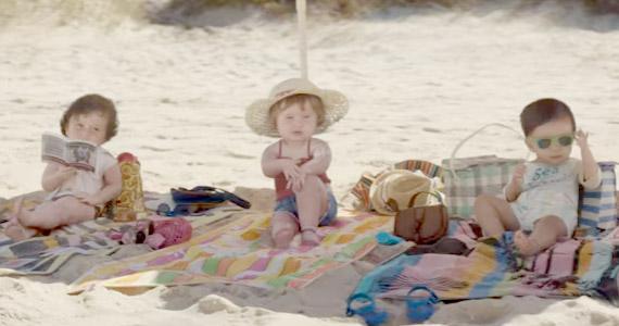 Niño(a)s en una playa de surf muestran cómo vivir joven