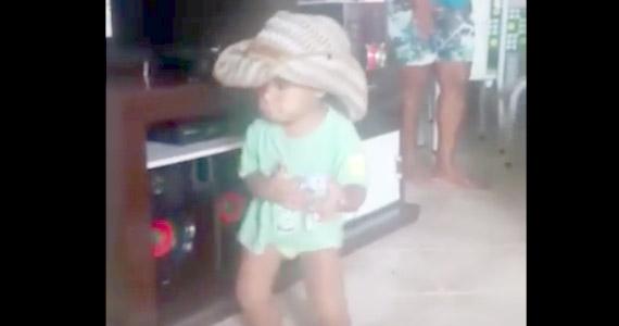 Este niño baila con toda la pasión Tô Namorando Não