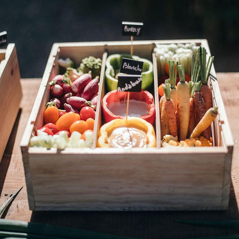 corbeille de légumes et sauces
