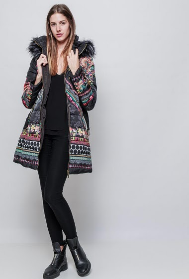 Printed jacket, hood with faux-fur, belt. The model measures 180 cm and wears S/M