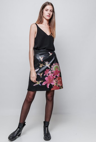 Leather imitation printed skirt. The model measures 180 cm and wears S/M