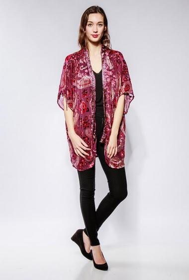 Kimono en velours, franges. La mannequin mesure 177cm et porte du S/M