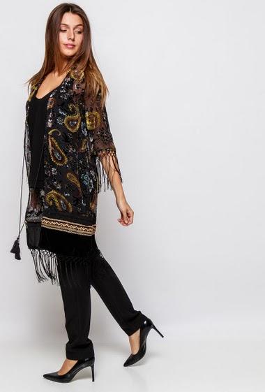 Kimono en velours dévoré, bord à franges. La mannequin mesure 171cm et porte du S/M