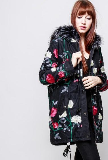 Manteau style parka en coton, fleurs brodées, intérieur matelassé, capuche ornée de fourrure. The model measures 174cm and wears S/M