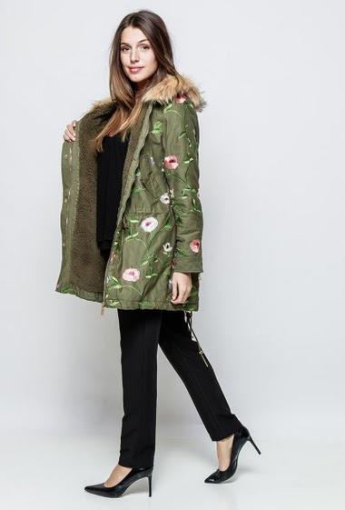 Manteau en coton avec fleurs brodées, col en fourrure synthétique. La mannequin mesure 171cm et porte du S/M
