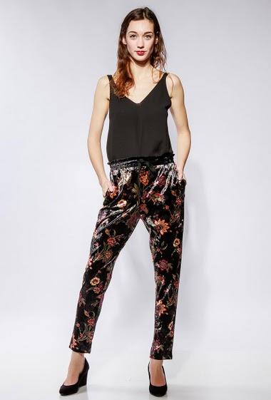Pantalon en velours imprimé, taille élastique. La mannequin mesure 177cm et porte du S/M