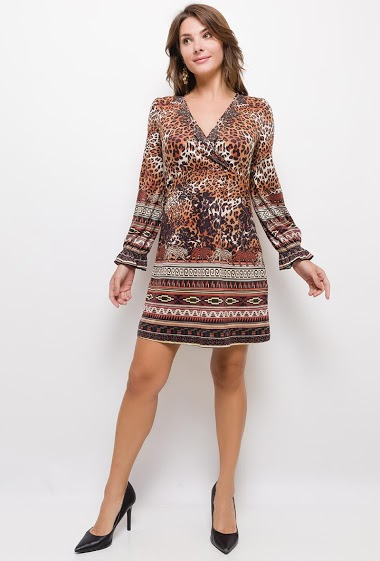 Suede dress, long sleeves, V neck with strass. The model measures 175cm and wears S/M. Length:90cm