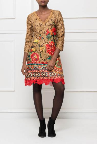 Dress in lace with colorful border, zip on the back