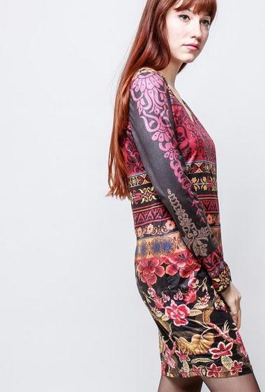Robe en suédine imprimée à manches longues, strass décoratifs. La mannequin mesure 174cm et porte du S/M