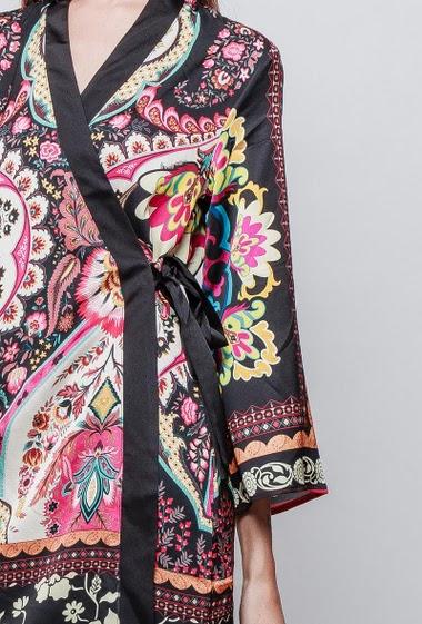 Robe kimono imprimée. La mannequin mesure 180 cm et porte du S/M