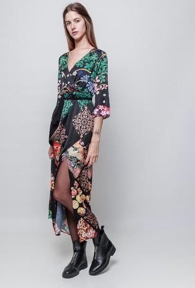Robe kimono longue imprimée et satinée, fente. La mannequin mesure 180 cm et porte du S/M