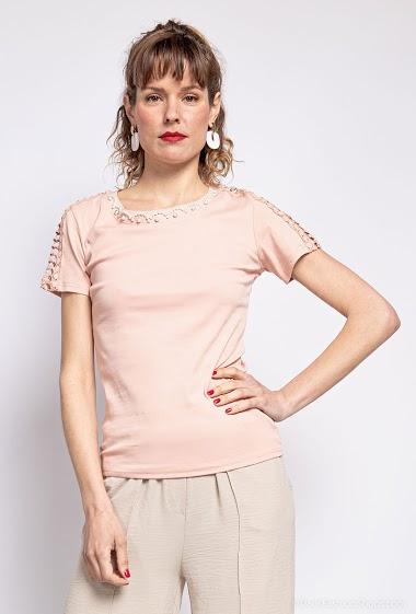 T-shirt avec dentelle et perles. La mannequin mesure 177cm