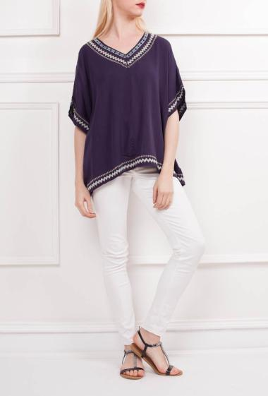 Top with colorfum embroideries, V neck, short sleeves