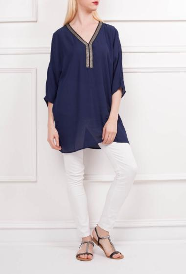 Tunic in net with lace panel on the back, V neck with embellishment, slit three-quarter sleeves