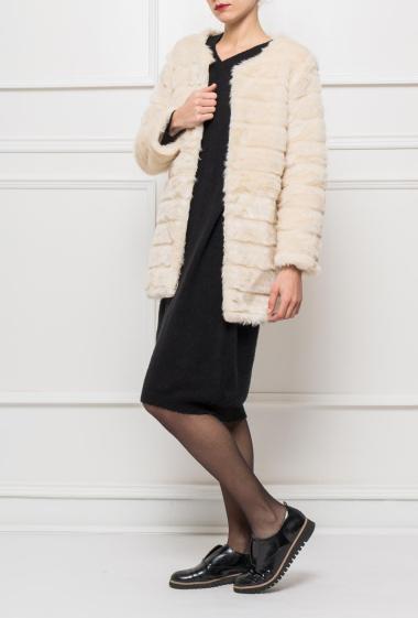 Manteau sans col en fourrure, fermeture avec crochets