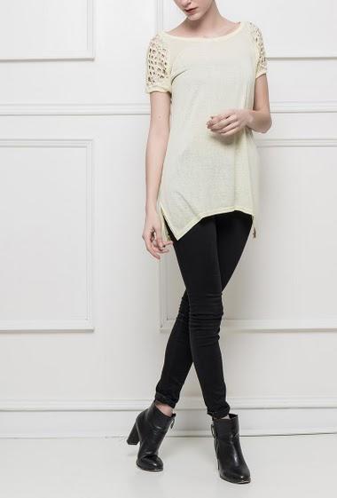 T-shirt à manches courtes ajourées ornées de petites chaînes, fente sur les côtés, coupe longues