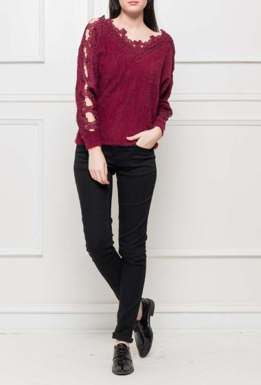 Soft knit jumper with border in lace, V neck on the back