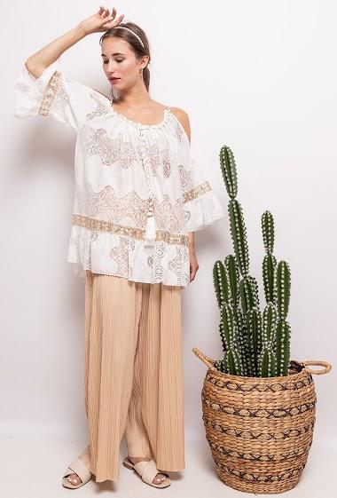 Blouse with lace, cold shoulder design. The model measures 178 cm