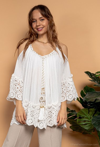 Blouse à épaules dénudées, bordure en crochet, pompons. La mannequin mesure 175cm