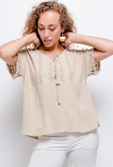 Blouse with lace. The model measures 171 cm
