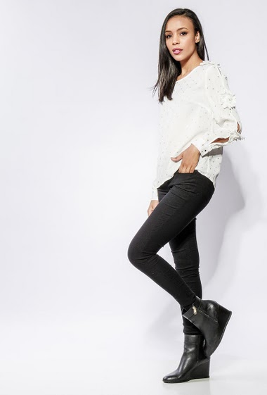Blouse with shiny pattern, open long sleeves decorated with flowers, regular fit. The model measures 170cm and wears S/M
