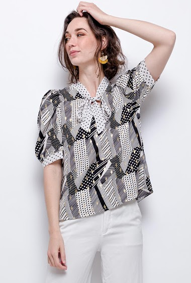 Blouse with puff sleeves, gold pattern. The model measures 177cm
