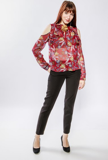 Cold shoulder bouse, printed flowers, removable floral pin, light fabric. The model measures 177cm and wears S