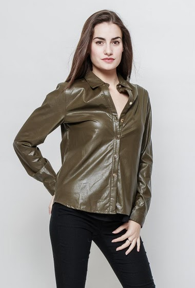 Shirt in imitation leather, stretch fabric. The model measures 172cm and wears S